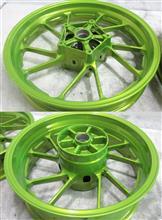 二輪バイク鋳造ホイールのパウダーミラークロームベースのパウダーキャンディーショッカーイエロー+パウダーアクリルクリアー3コート