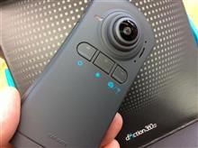 """これは新しい。2カメラタイプといっても""""本体に2つの360°レンズがついている全方位録画ドライブレコーダー""""を装着。"""
