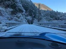 いつもの早朝ドライブが雪道になっていました