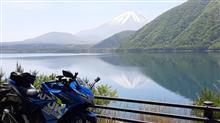 青空と富士山、湖畔から逆さ富士、ジクサーでツーリング