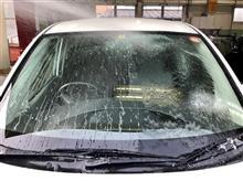 """雨の日のクリアな視界確保のために""""フロントガラスの撥水コーティング""""。汚れや油膜をきれいにとって撥水皮膜が形成されると、水滴が流れやすくワイパーで拭き取りやすくなりますよ。"""
