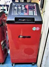 暑い暑い夏に備えて、新冷媒HFO-1234yf対応の新型カーエアコンサービスステーションでエアコンリフレッシュ。ガスの不純物を取り除いて、しっかり充填できますよ。