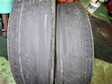 ホイールにも損傷が認められたので、衝撃によってアライメント数値がズレたのが原因のようです。思いっきり偏摩耗した結果、タイヤがこんなアブナイ状態でした。アライメントも要チェックですね。