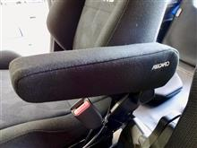 """N-VANのシート交換は人気ですよね。運転席をエルゴノミクスシートの""""RECARO ERGOMED-D""""に交換しました。アームレストを装着できるのも魅力です。"""