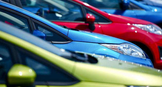 いろいろな色の車の駐車風景
