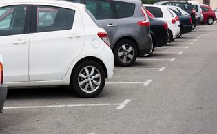 車が整列している駐車場