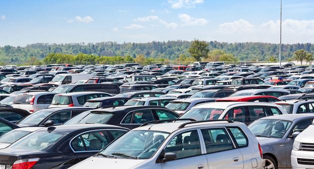 クルマが駐車場に整列