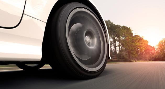走行中の車のタイヤ