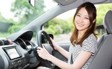 日本人女性が笑顔で車を運転させる画像