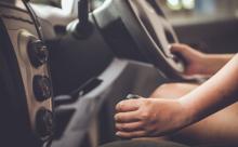 運転中にギアとハンドルを握っている画像