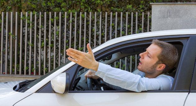 運転中前の車に文句を言っているドライバーの画像
