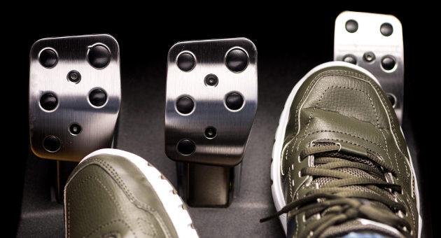 男性の靴とブレーキのアップの画像