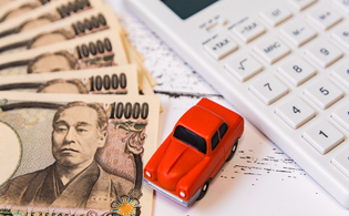 車の税金(車とお金、電卓の画像)