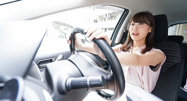 女性が運転を始める画像