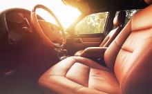 夕日が差し込む車内前方席の画像