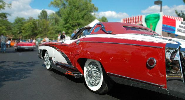 低車高の赤いスポーツカーの画像