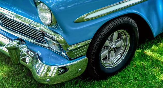 芝生とブルーの低車高クルマの斜め横とタイヤのアップ画像