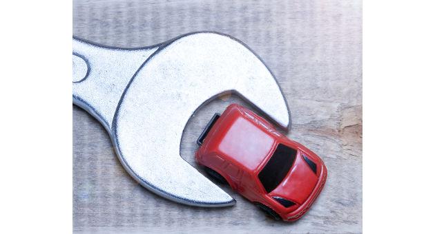 赤いトイカーとシルバーレンチの画像