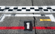 サーキットレースのスタートライン1コースの画像