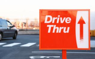 drive throughと書かれた赤い看板の画像