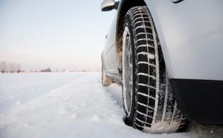 雪道の上のスタッドレスタイヤのアップ