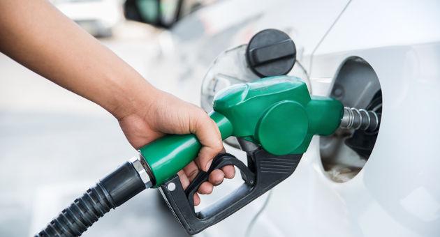 車にガソリンを給油中のところ
