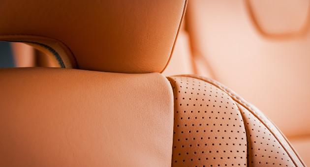 茶色革シートの座席背もたれアップ