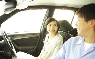日本人カップルが車内で談笑中