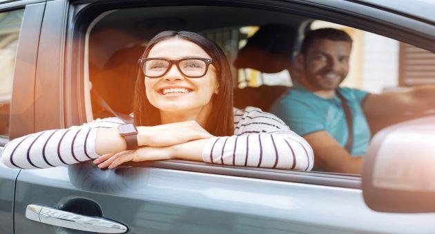 ドライブ中笑顔の女性の画像