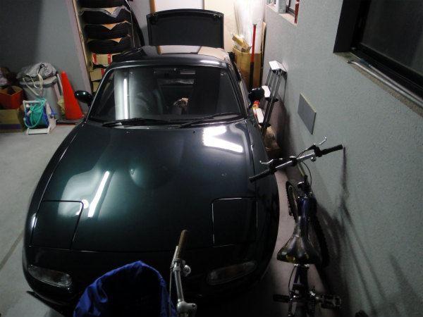 ガレージ内ギリギリの場所に侵略する自転車