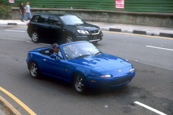 シンガポールをオープンで走行するマリナーブルーのロードスター