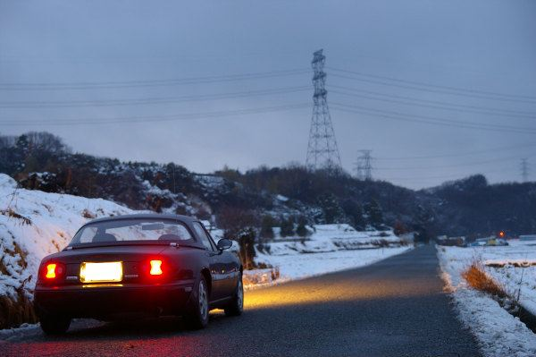 雪景色の中のユーノスロードスターVRリミテッド