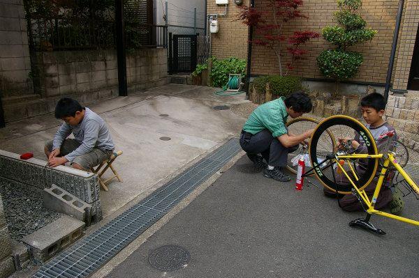 二人で手分けして自転車を掃除、メンテナンス