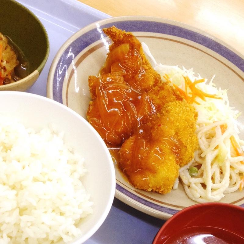 豊橋市役所 地下食堂 日替わりのA定食「チキンカツ ピリ辛ソース」