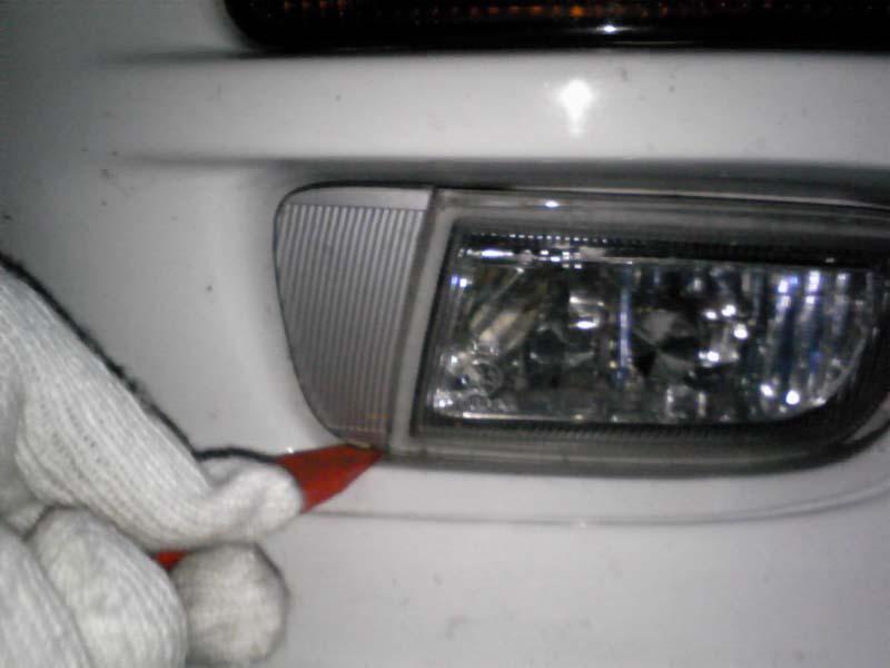 純正フォグのバラシ方。<br /> <br /> 横のカバー部の下側のスキマに、内装はがしやマイナスドライバーなどを突っ込んで上方向に押し下げてやるとカバーが前側に外れます。
