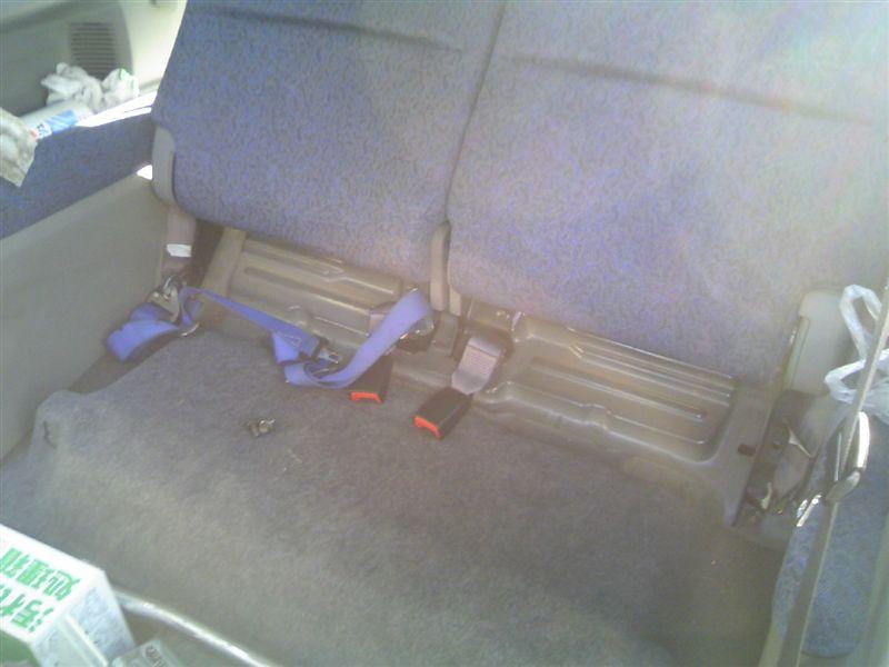 外しました。<br /> <br /> なにやら運転席側に怪しいものが付いてますが気にしない方向で・・。