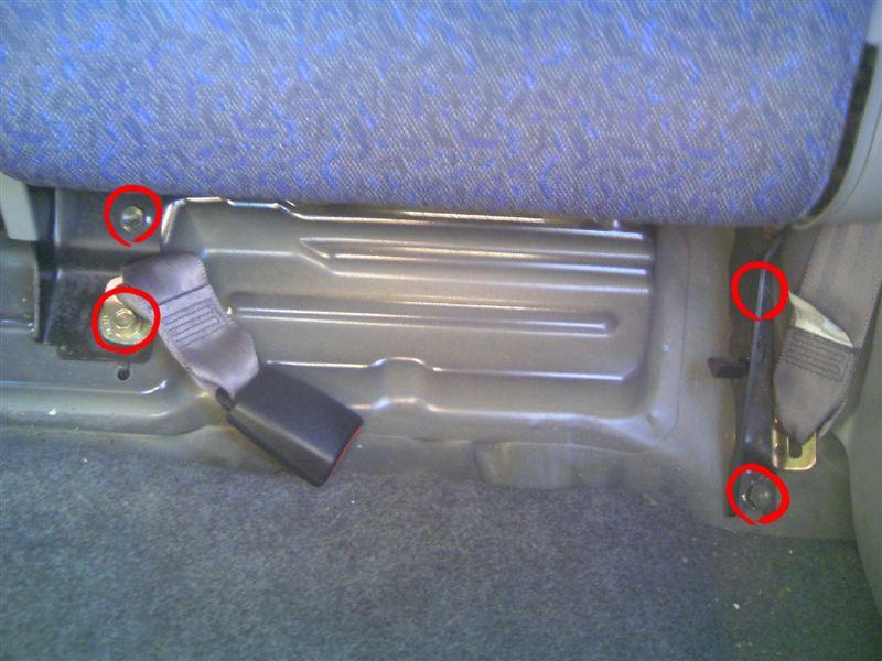 次に背もたれを外します。<br /> <br /> 赤丸のボルト4箇所を外します。<br /> 14mmのソケットで外せます。<br /> ただしシートベルトアンカーのボルトだけ種類が違うので注意。<br /> あと最後のボルトを外したら背もたれが倒れるので更に注意です。<br /> 何気に重いので・・・。