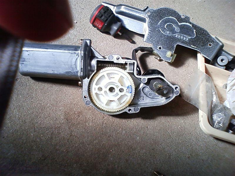 いきなり分解です。写真撮りたかったけど,手がグリスで汚いので。<br /> 一般的には,このギヤにささっているリンクを180度反対側の穴に持っていけばOK・・・のはずですが,なぜか入りません。よく見ると,穴の位置が若干違うんですよね。<br /> <br /> 仕方ないので,ギヤを外して内側のスライド接点の板を180度ひっくり返します。ちょうどひっくり返せるように穴が開いていました。これで,停止位置が反対になります。写真がなくてすみません。