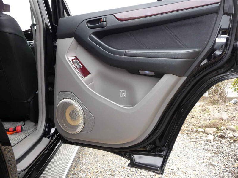 運転席後ろ、完成です!ドアを開くとこんな感じでスピーカーカバー(でもザルです・・・爆)がキラリ!