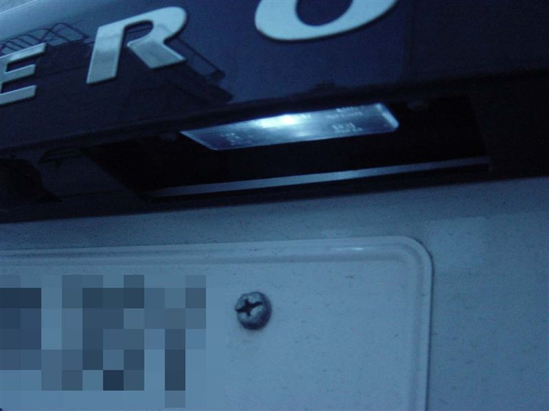 ナンバー灯減光で夜間バックカメラの画像がクリアに!