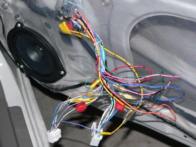 全て配線した状態です。あとは適当に結束バンドで束ねて、内張りを戻し、バッテリー接続して完了。今回のユニットは問題なく動作しました。