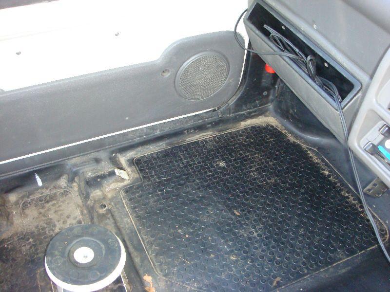 まずは、車内清掃~とにかく取り外す