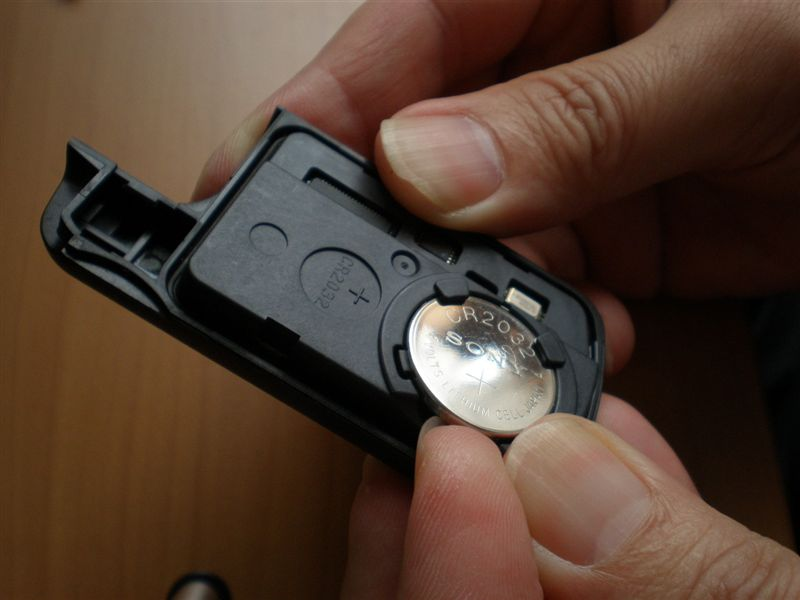古いバッテリーを外します。<br /> <br /> バッテリーに爪を引っ掛けて、上側に引っ張ります。