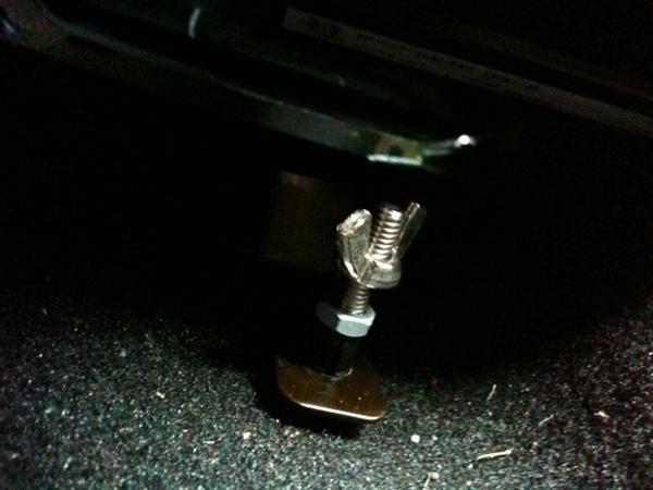 フロアマットのズレ防止金具加工