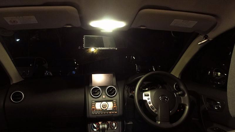 ルームライトは電球色LEDで