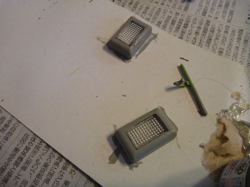 先日スピーカーを取り付けたときに買ってあった模型用のグレー塗料を筆で塗ります。<br /> 透明の部分を外すことができなかったので、おとなしく諦めておいて筆塗り・・・