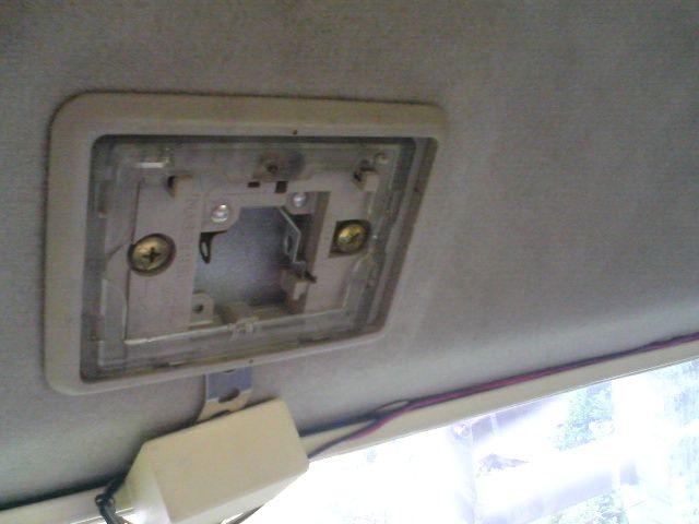 デリカスターワゴン 3列目シート上のルームランプにLED投入のカスタム手順1