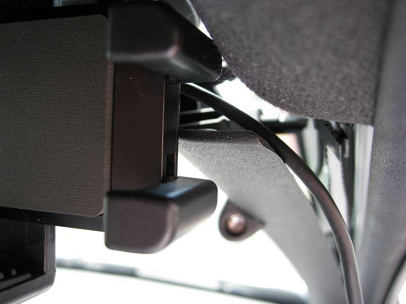 次に充電用のmicroUSBケーブルの設置です。スマートフォンのコネクタの位置を考慮して長さ合わせます。ピラーのカバーを外してフックにケーブルを入れます。