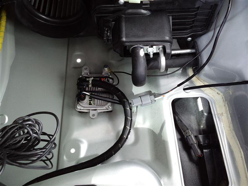 バラスト左。ダクトを取って付けます。車体の鉄板とバラスト本体との間には絶縁と防振を兼ねてゴムを挟みます。<br /> またノイズ対策として、イグナイタへ行く線にステンメッシュホースを巻き、バラスト本体も経由してアース出します。電源・アース共にバッ直。<br />