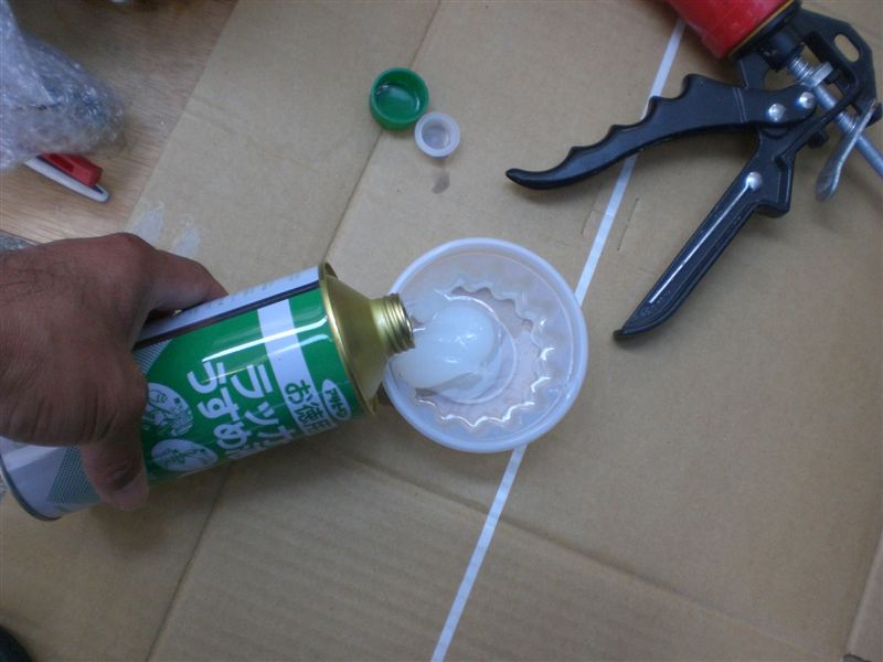 その容器に、適当に<br /> 塗料うすめ液を・・・・<br /> <br /> はい。そうです。<br /> 容器の底が溶けてしまいました。<br /> (T-T)<br /> <br /> ・・・この後、ちゃんとした塗料<br /> のバケツを買いに走ったことは<br /> ナイショ・・・です。(T-T)<br />
